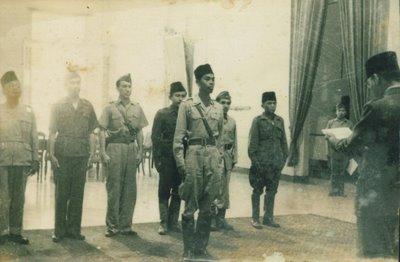 Foto Langka Pelantikan Jendral Sudirman Oleh Sukarno