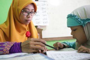 foto human interest anak sekolah mengaji