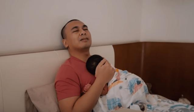 foto raditya dika menggendong bayi alinea
