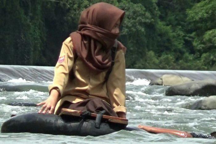 Perjuangan Pelajar  Indonesia menyebrang sungai